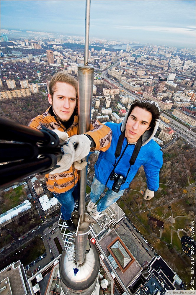 Climbing Way Up High Bare Handed Without Safety Gear ❥❥❥ http://bestpickr.com/stupid-extreme-selfies-pictures